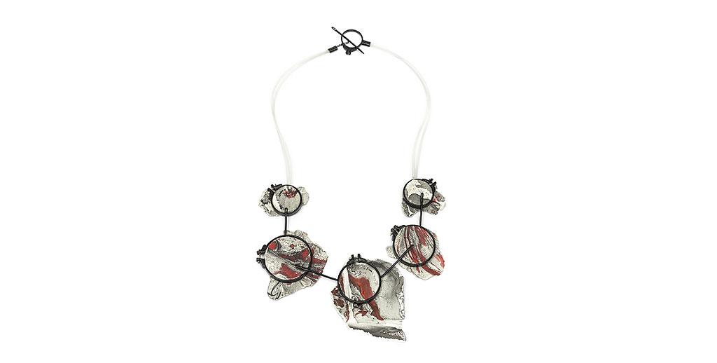 Collar Encuadres Bronce, papel artesanal intervenido con técnicas mixtas, laca japonesa, pvc.