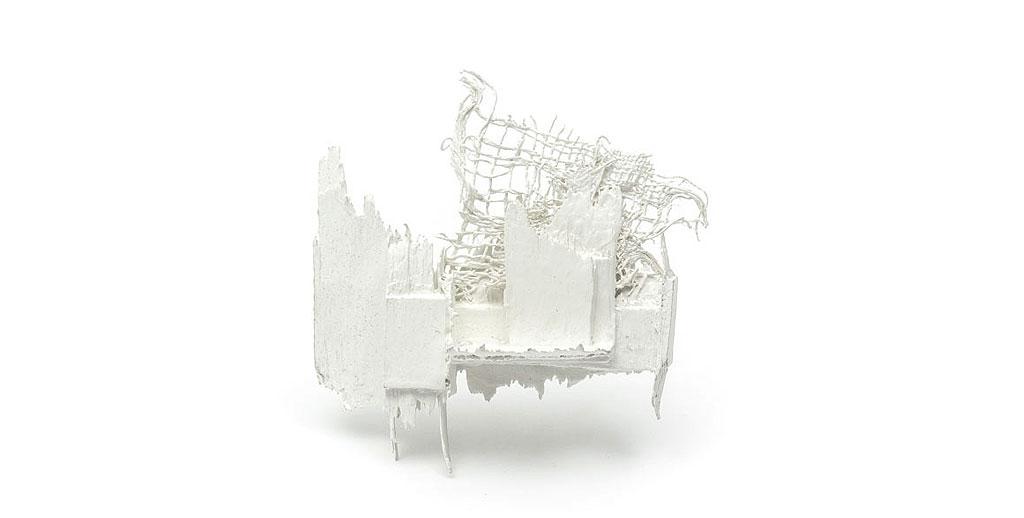 Broche Fragilidad 2 Madera balsa, gesso, textil, pintura sintética
