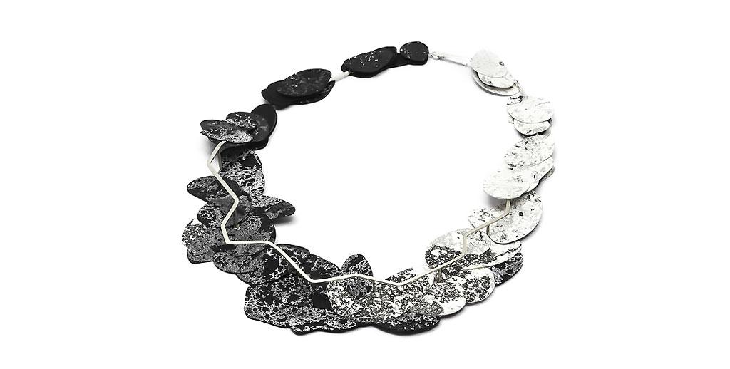 Collar plata 925, papel intervenido con técnicas mixtas